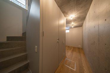 階段降りたところがトイレ。