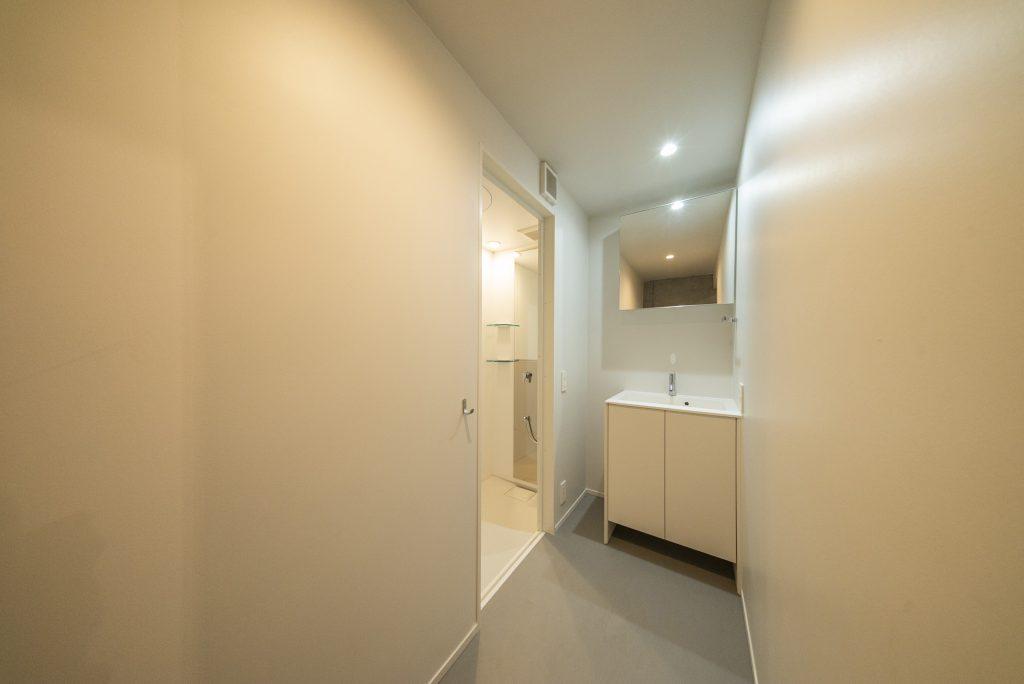 地下にシャワールーム。これが、自分の部屋だと言ってみたい…。