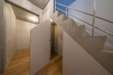 階段の下も収納です。