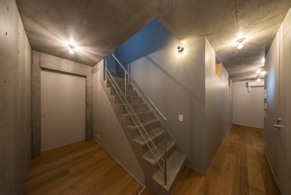 右にキッチンのある部屋、左は3.3帖の寝室。