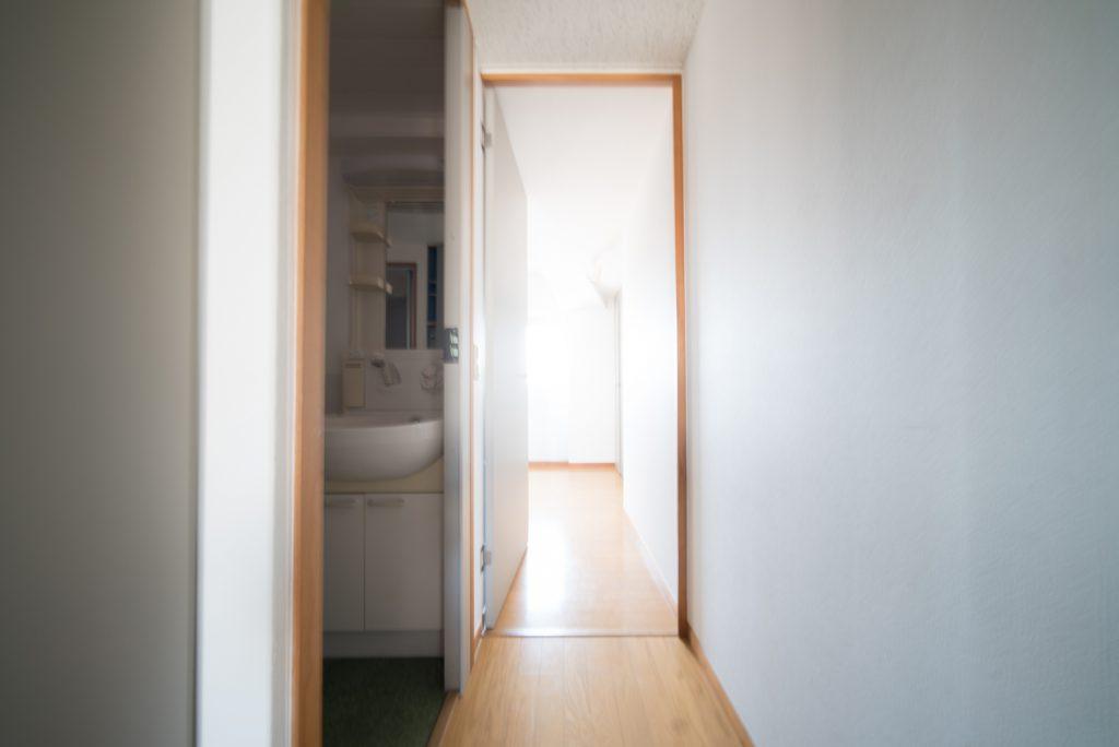 玄関上がって右手、南側のお部屋を見た様子。