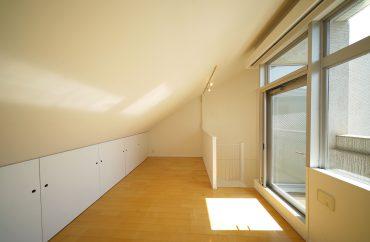 3F 8.7帖の洋室、天井ナナメ