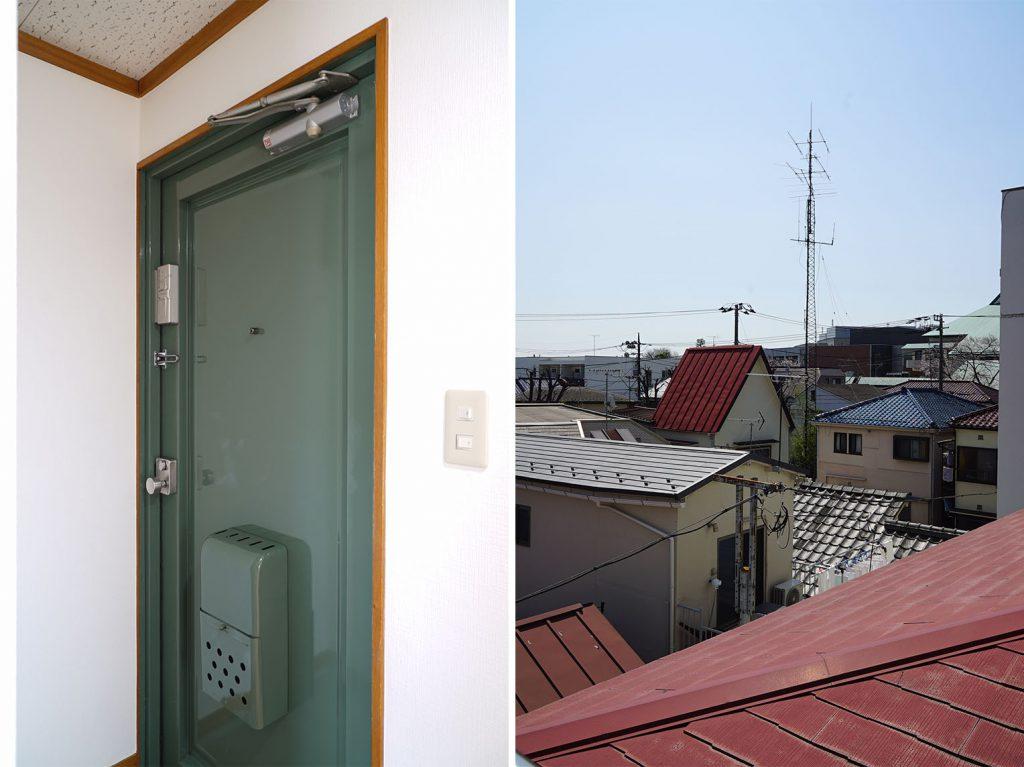 緑の玄関扉と、窓から見える赤い屋根