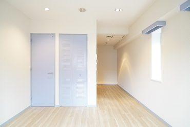 明るいフローリングと二面採光で明るいお部屋。