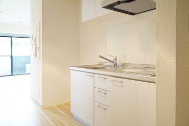 キッチンはすっきり。左に冷蔵庫スペースがあります。