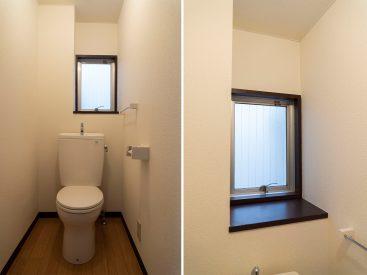 トイレ。窓のところに小物をちょこっと置きたい。