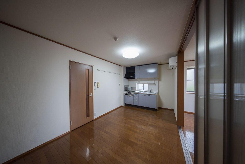 キッチン側の空間も広い。ダイニングテーブルおきたい。