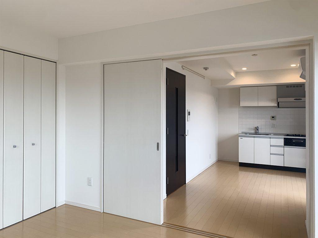 マンションの6階、角部屋の一室。