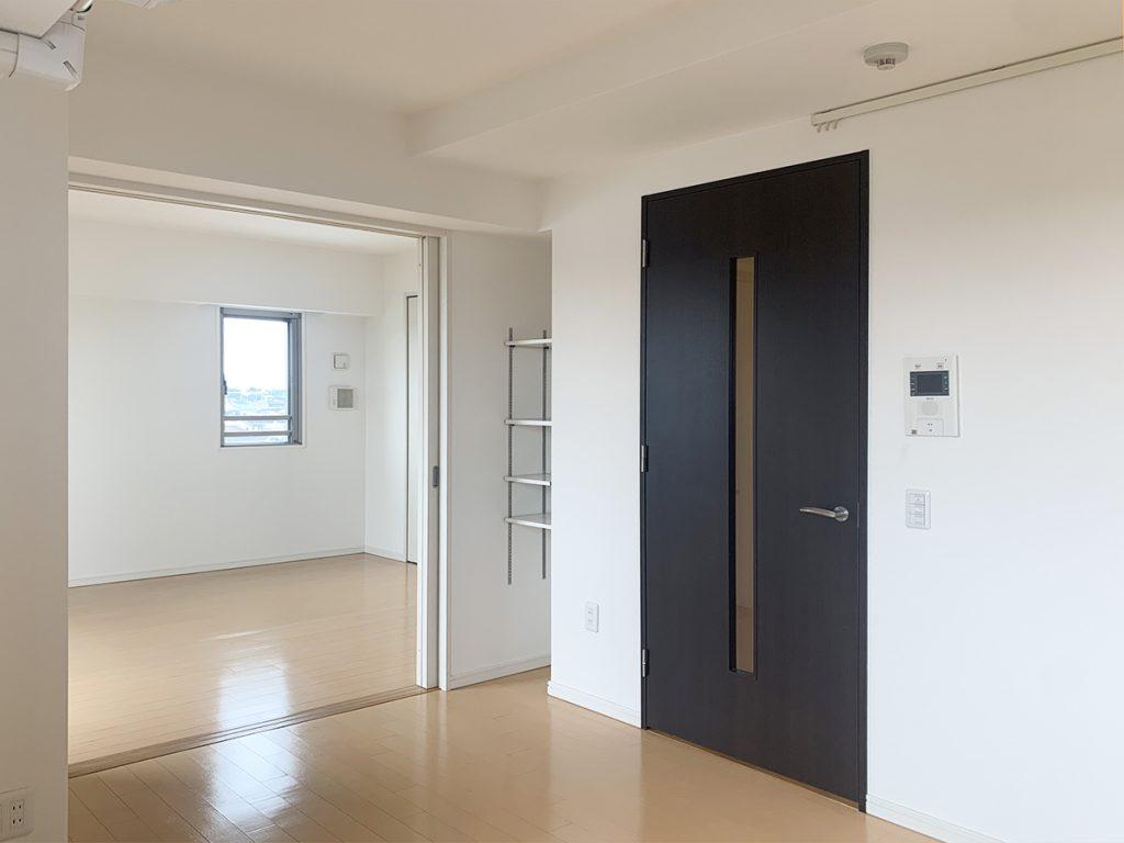 リビングダイニングと、寝室となる洋室がひとつ。開け放てば、風通しのいい部屋に。