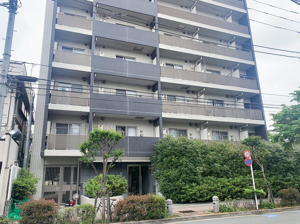 千歳烏山駅から6分。のどかな道路沿いにたつマンションです。