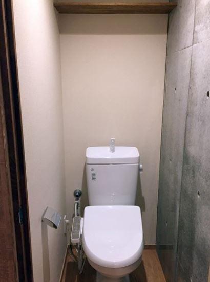 トイレもコンクリ張り