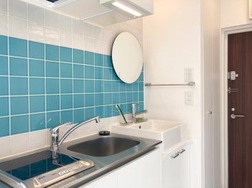 キッチンの水色タイルが特徴のお部屋。
