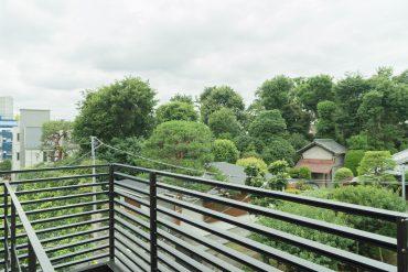 玄関前共用部からの景色。お迎いさんの立派なお庭が見えるのです。