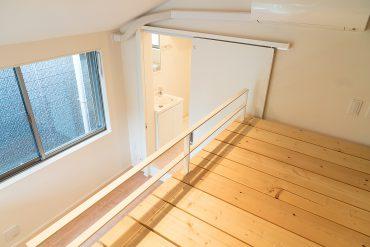 ベッドファニチャーの上からバスルームの方を眺めた様子。
