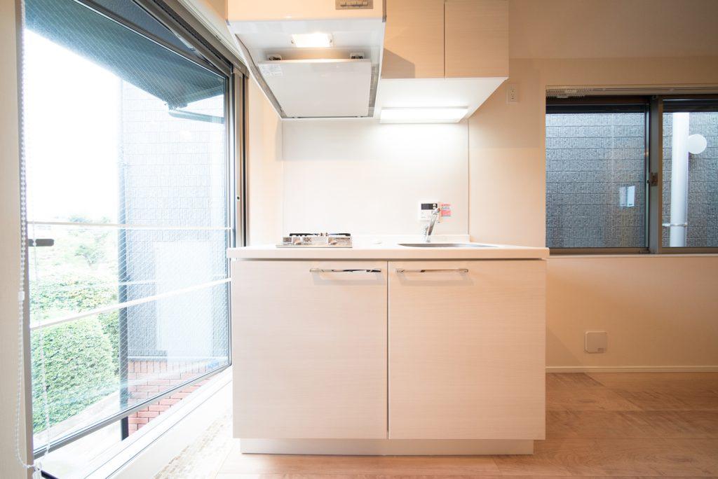 コンパクトなキッチン。窓際というのが嬉しいですね。