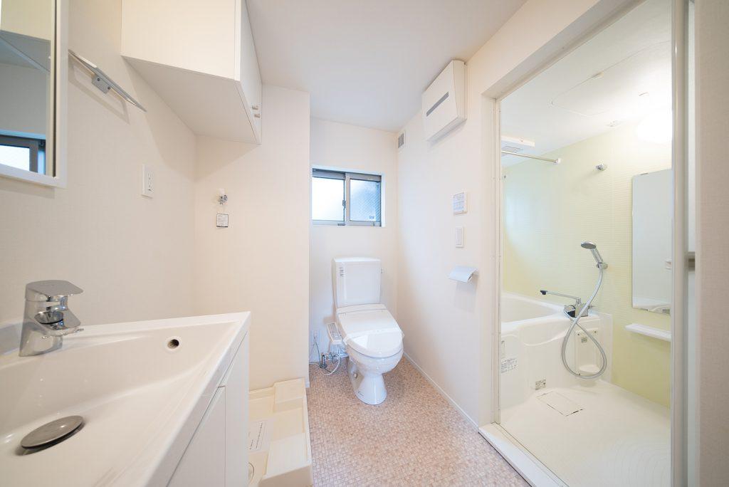 洗面とトイレ、バスルーム、洗濯機置き場がまとまっております。