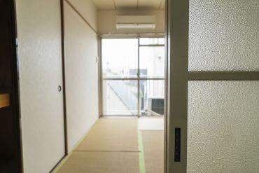 この扉の先で、白いワンピースの女性にうたた寝しといてほしい。