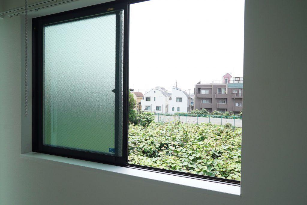 窓の外は畑