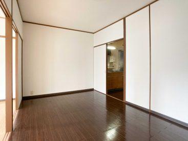 手前の洋室。この部屋から玄関側は濃いめのフローリング。テカテカです。