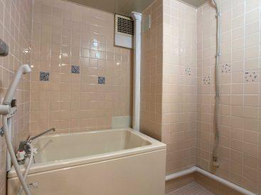 バスルーム。うすいピンクのタイルです。