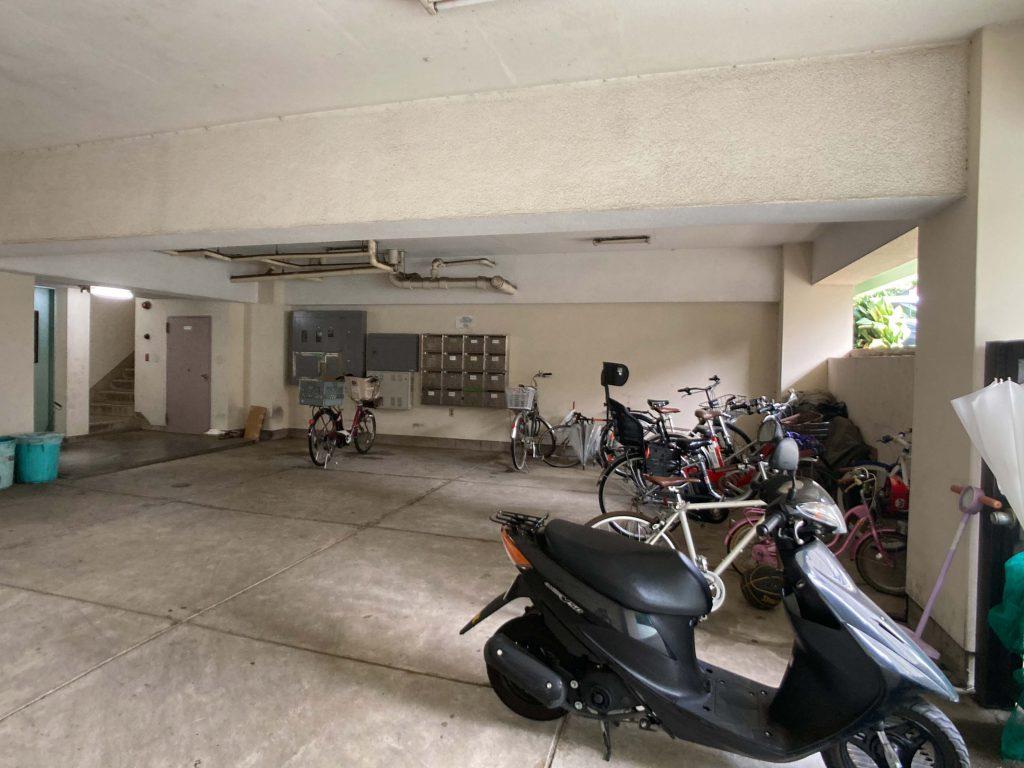 半地下の駐輪場。