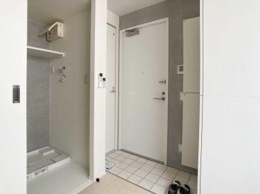 玄関すぐ横にトイレ、その横が洗面スペースとバスルームになっています。