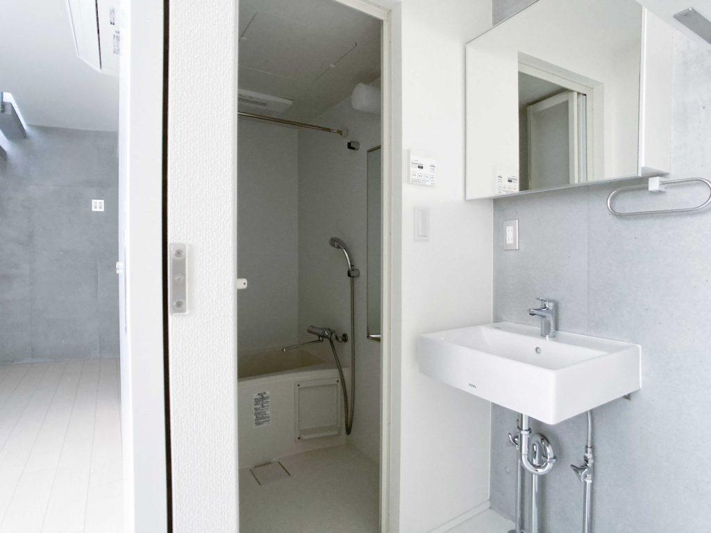 洗面とバスルーム。洗濯機置き場もここにあります。