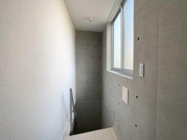 メゾネット2階は地面と同じ高さ。窓を開けると踏切があります。寝るには狭いので収納スペースに。