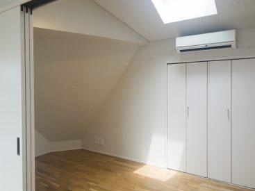 寝室となる洋室。ベットがひとつ置けるくらいの広さ。