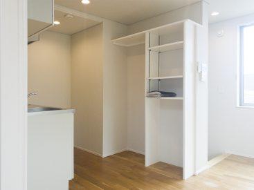 冷蔵庫や電子レンジ、食器もすっぽり閉まってくれる備え付け棚。