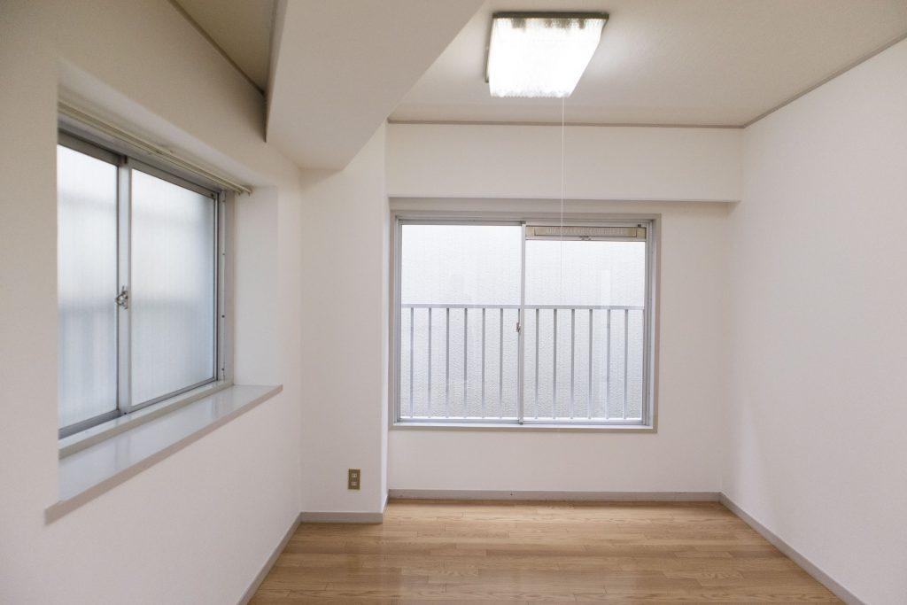 左側の窓は出窓になってます。