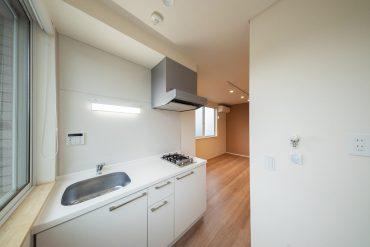 白のすっきりとしたキッチン。