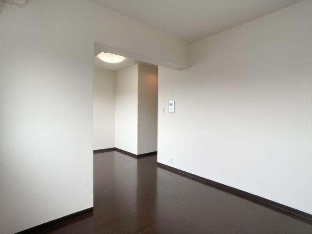 ダークトーンの床材と、白い壁が素敵なコントラストに。