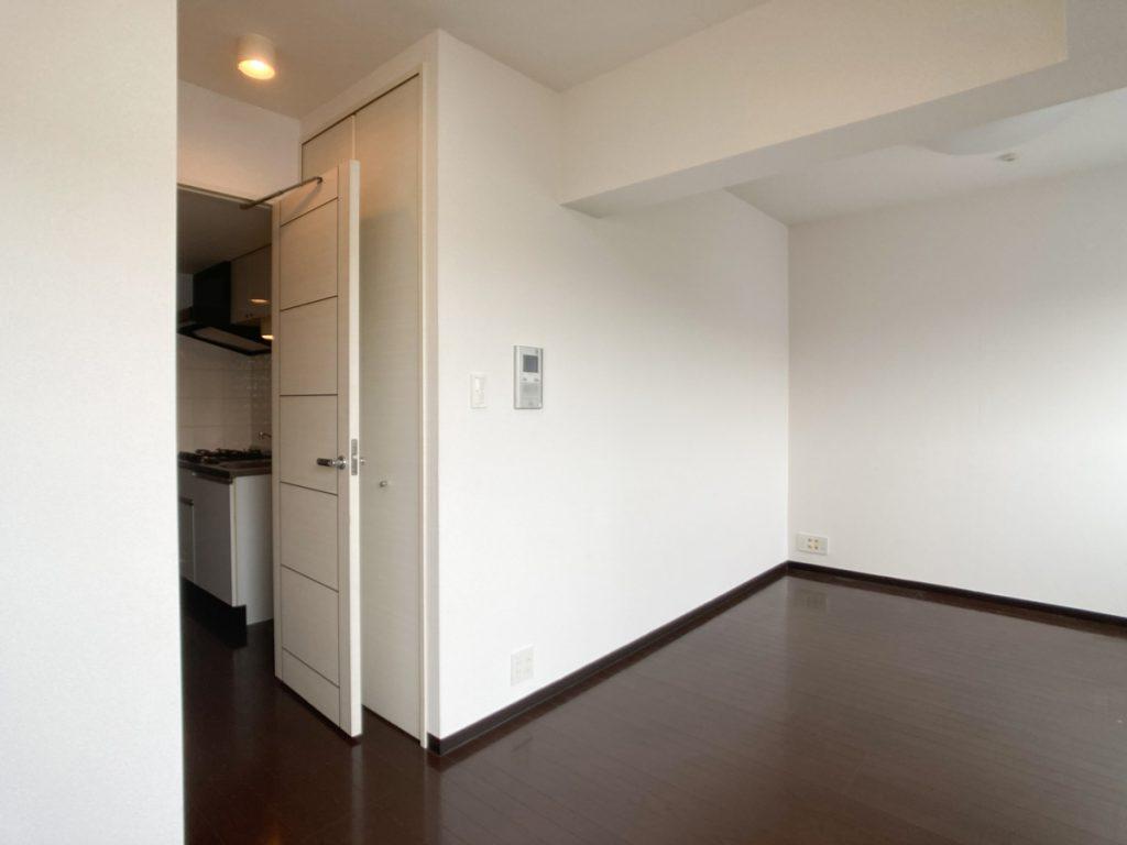 お部屋に向かう廊下の端に収納が(ドアで隠れちゃってる!)。