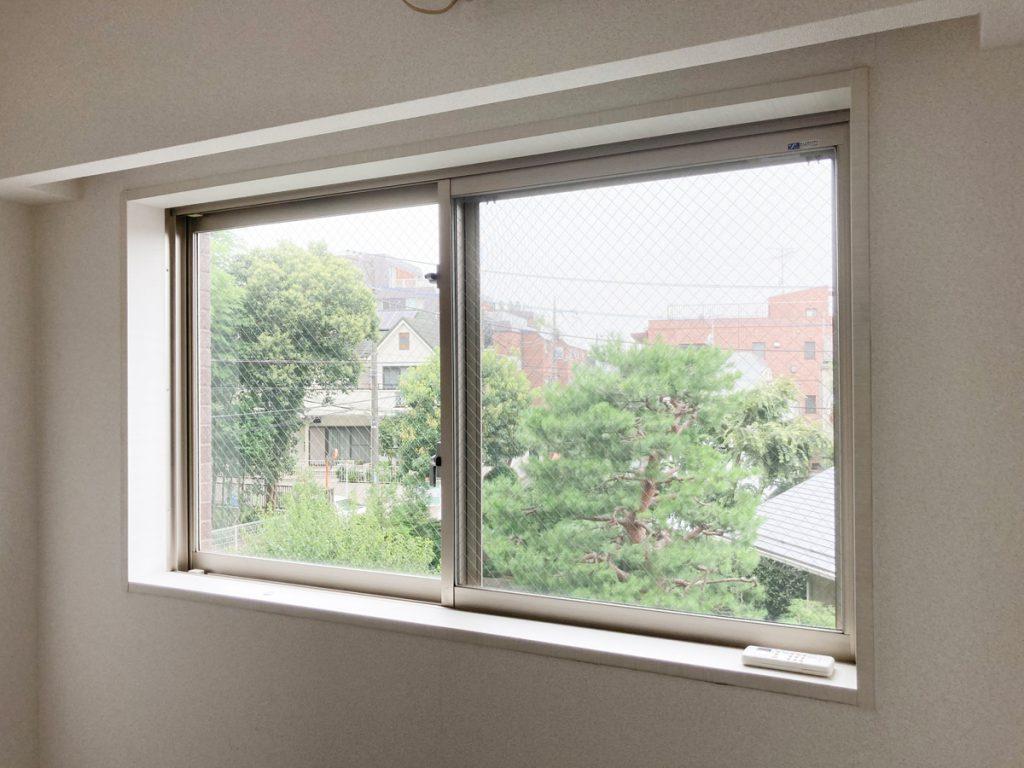 お部屋奥の窓からの景色。