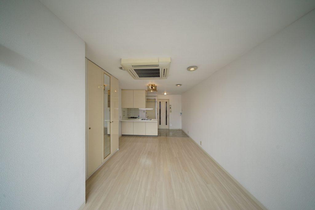 入り口とキッチン側は床が切り替わっています