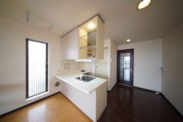 使い勝手よさそうなカウンターキッチン、入り口横が洗濯機置き場です