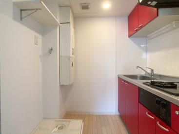 キッチンに洗濯機置き場があります。