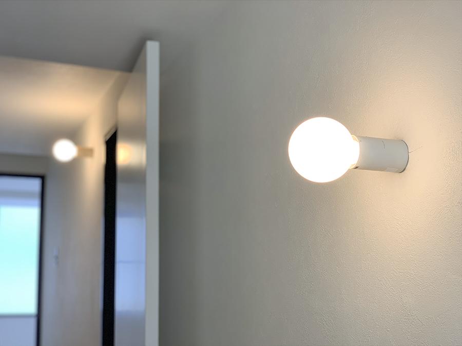 部屋各所に置かれた照明。まるっ。