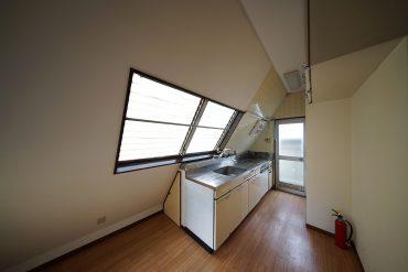 気になるキッチン。屋根が三角。