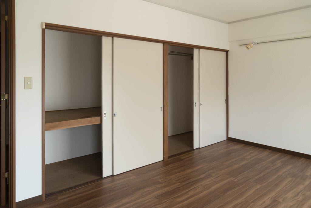 2つの洋室にもたくさんの収納があります。