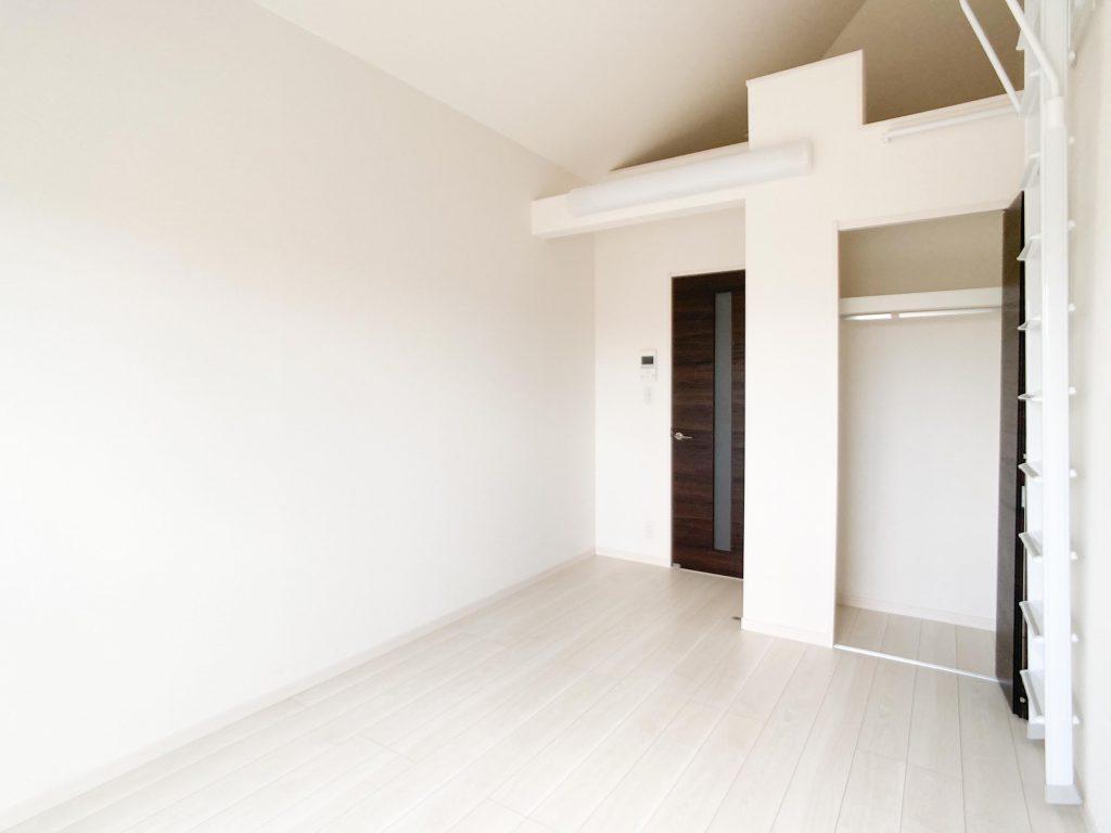 白を基調とした開放感あるお部屋。